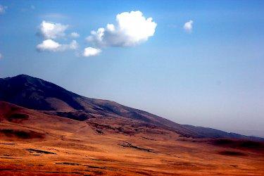 Die Landschaft zwischen Serengeti und Ngorongoro-Krater