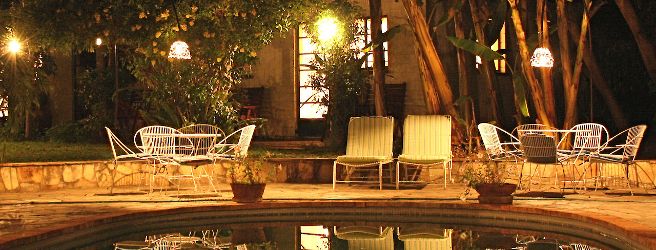 Pool des Traveller´s Guesthouse bei Nacht