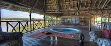 Veranda mit Pool der River Suite im Retreat Selous
